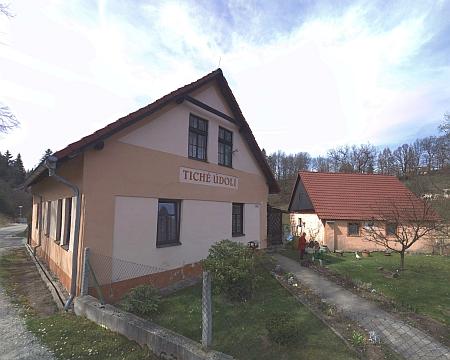 """Domy čp. 63 a čp. 170 (ten s nápisem """"Tiché údolí""""), které patřily jejím rodičům v Benešově nad Černou"""