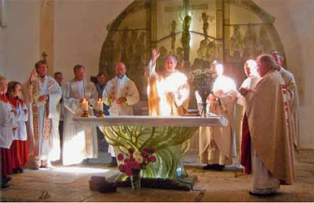 Vysvěcení nového oltáře v podobě stromového kořene v Dobré Vodě 10. října roku 2010