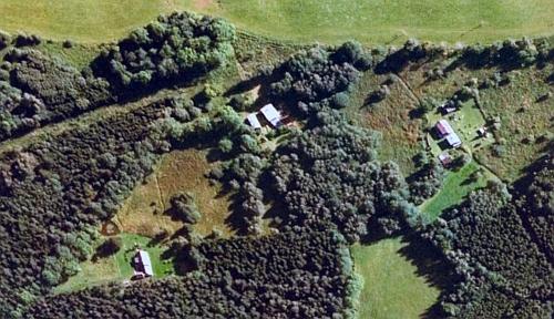 Plánek jeho rodné Mackovy Lohoty a její letecký snímek z roku 2007