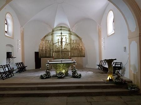 Dnešní (2017) pohled na skleněný oltář téže autorky