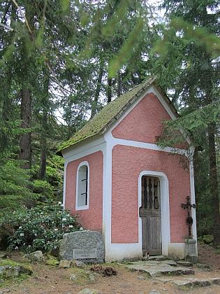 ... a kaplička na vrcholu Březníku u Hartmanic vblízkosti Vintířových skal na údajném místě jeho poustevny - vpadesátých letech 20.století byla armádou zničena, znovu postavena roku 1952