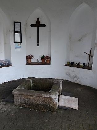 Kaple zastřešující studánku sv. Vintíře v Dobré Vodě...