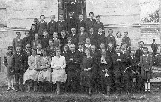 Napravo od něho nesedí roku 1934 v Rychnově nad Malší nikdo jiný než Maria Watzliková, sestra spisovatele Hanse Watzlika