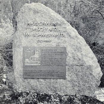 Památník, roku 1989 vysvěcený v bavorském Lamu, připomíná zemřelé, padlé a zmizelé domovské farnosti Dešenice, nikoli už jejich židovské spoluobčany
