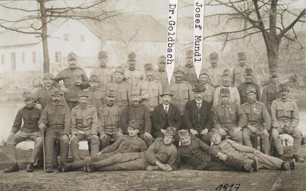 Na snímku z roku 1917 je mezi c.k. vojáky ten muž v civilu nalevo její otec MUDr. Goldbach, ten napravo dešenický kronikář Josef Mundl