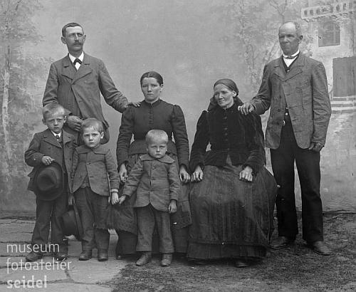 Mlynářská rodina Lenzova z Hakrova mlýna na Seidelově snímku z 24. května roku 1903, prarodiče Manfreda Goldberga Johann a Theresie jsouvlevo