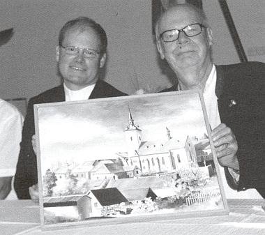 S generálním vikářem Davidem Henzlem a obrazem kostela sv. Šimona a Judy vRožmitálenaŠumavě