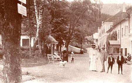 Promenádní procházka při prameni v Lázních svaté Markéty na snímku někdy ze samého počátku 20. století