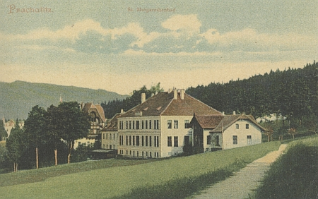"""""""Villa Goethe"""" v popředí pohlednice z Markétiných lázní"""