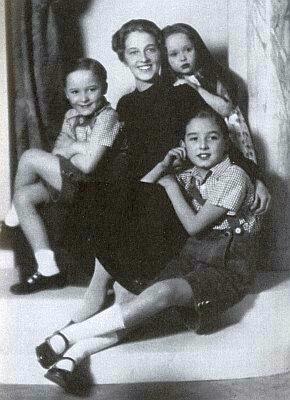 Malá Barbara se staršími bratry a matkou Sophií