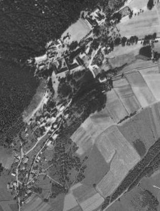 """Pivoň pod Herštejnem na leteckých snímcích z let 1959 a 2008, nezachycujících ovšem už těsně """"poválečný"""" stav"""