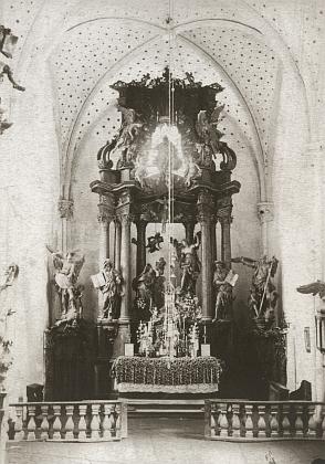 Exteriér a interiéry klášterního kostela v Pivoni s oltářem Zvěstování Panny Marie na snímcích z přelomu 19. a 20. století