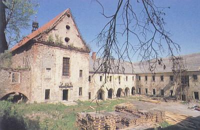 Pivoňský klášter - i dnes na pouhém počátku rekonstrukce (viz i Franz Metschl)