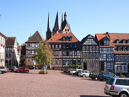"""Náměstí a znak jeho rodného Gelnhausen, """"města Barbarossova"""""""