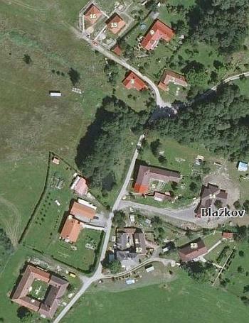 Ze srovnání leteckých snímků Blažkova z roku 1952 a 2008 překvapivě vysvítá, že na místě zaniklého rodného stavení vyrostla nová usedlost se zahradou