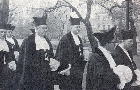 Snímek ho zachycuje v průvodu k instalaci rektora univerzity v Erlangen