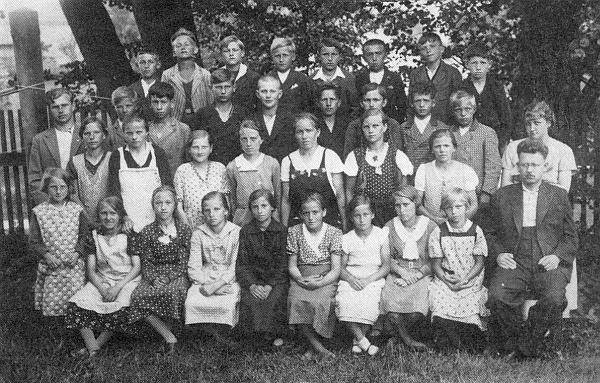 Se žáky obecné školy v Jeníně roku 1935