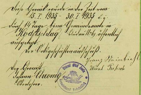 Stránka kroniky obce Jenín s úředním razítkem a podpisem kronikářovým