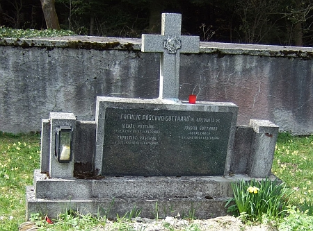 Jeho hrob nad Omleničkou při okraji lesa