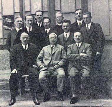 Na setkání maturantů německého gymnázia v Krumlově o svatodušních svátcích roku 1932 stojí vzadu uprostřed