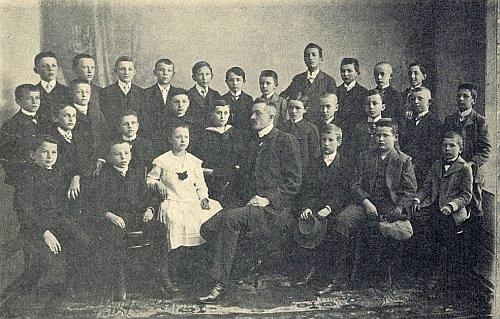 Na konci školního roku 1909/1910 jako primán krumlovského gymnázia s panem učitelem Vinzenzem Skupnikem stojí ve druhé řadě druhý zprava