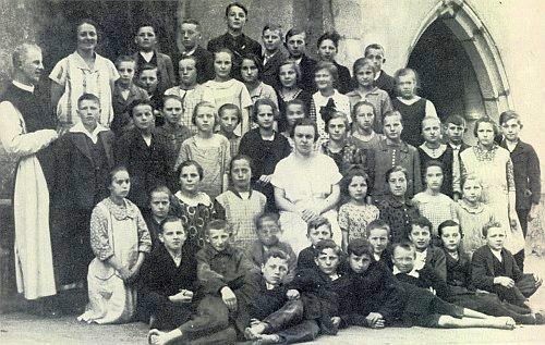 Dvě jeho fotografie z působení v Rychnově u Nových Hradů a v Rožmberku nad Vltavou (vždy vlevo) se žáky většinou jak patrno neobutými
