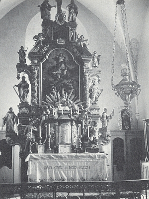 Hlavní oltář kostela Nanebevzetí Panny Marie v Rožmitále na Šumavě, od roku 1940 Gottsmischova posledního kněžského působiště před vyhnáním - foto Josefa Steiningera z května 1966