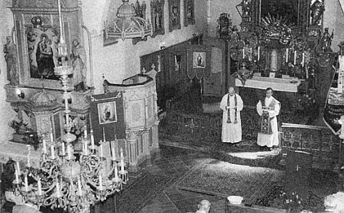 Český a německý kněz (jde o faráře Píšu a Schauflera) u oltáře rožmitálského kostela v srpnu 1997 při setkání vyhnaných rodáků