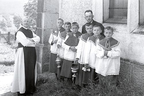 Tento snímek, zachycující ho s ministranty u kostela v Rožmitále na Šumavě, je ve fondu českokrumlovského fotoateliéru Seidel datován 3. července válečného roku 1941