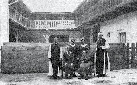 """Uvnitř """"vierkantu"""" fary v Dolním Dvořišti v květnu 1939 (stojící zcela vpravo)"""