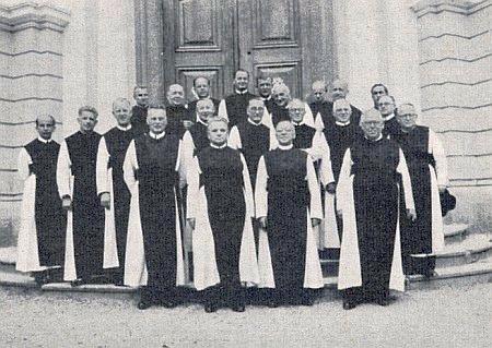 ... na snímku z roku 1954 stojí mezi nimi třetí zleva