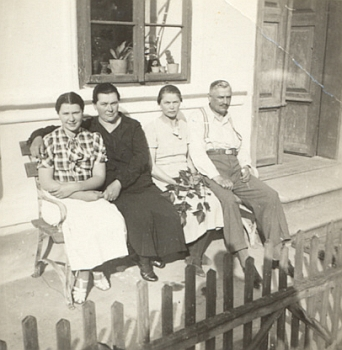 Na myslivně Sýkora roku 1936: zleva Marta, dále Antonova žena Maria, a jeho žena Maria, matka Marty, roz.Gotzové a babička Blanky Marešové, jeho sestra Elis a Anton sám