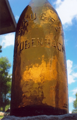 Láhve Gotzových šumavského pivovaru, ta vpravo nalezená v někdejším jeho objektu roku 2011