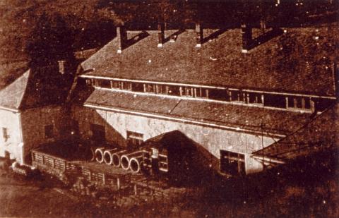 Snímek objektu někdejšího pivovaru v Prášilech, pozdější chaty Klubu českých turistů, pořízený vojákem z věže zbořeného dnes zdejšího kostela brzy po válce a odsunu