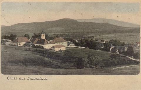 """Prášily na pohlednici z roku 1904, které dominuje naproti kostelu právě i soubor budov zdejšího pivovaru a pod ním teprve """"panský dům"""""""