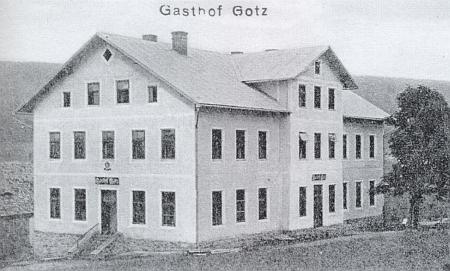 Gotzův hostinec v Prášilech na staré pohlednici z roku 1911 a při pohledu od nové tehdy chaty Klubu českých turistů na novější pohlednici z roku 1929