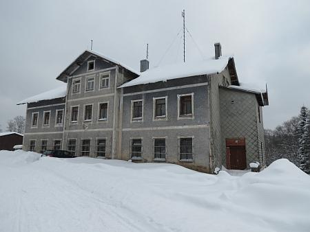 Budova Gotzova hotelu na snímcích ze zimy 2013