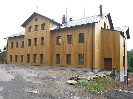 Nová tvář budovy v roce 2015 - zrekonstruovaný objekt znovu slouží jako ubytovací zařízení