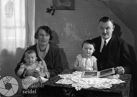 """Tento rodinný snímek zčeskokrumlovského fotoateliéru Seidel je datován 12. února 1931 a pořízen na jméno """"Gradl Bräumeister"""""""
