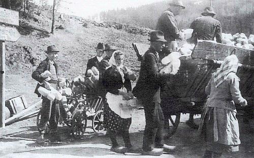 Její otec Alois Plöchl odevzdává tu na sběrném místě dřeváky s jinými jejich místními výrobci