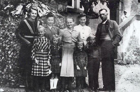 Rodina Plöchlova v Ottendorfu roku 1948