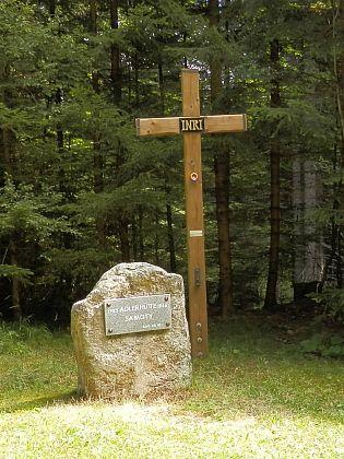 Pamětní kámen obce Samoty na snímku z roku 2019
