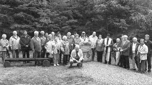 Záběr ze slavnosti posvěcení pamětního kamene, konané dne 13. srpna roku 2010 v místech, kde stávala někdejší rodná ves
