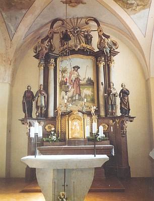 Oltář kostela s obrazem Dobrého pastýře porenovaci v roce 2003