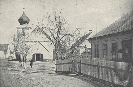 Před kostelem vpravo vidíme někdejší chlapeckou školu, kterou navštěvoval