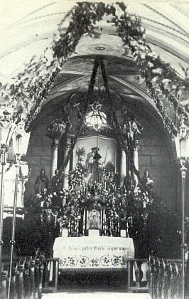 Oltář hyršovského kostela na snímku někdy z let, kdybyl Grall povolán k wehrmachtu