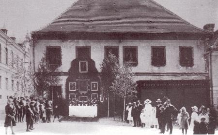 Zaniklý dům čp. 8 na hornoplánském náměstí na snímku z třicátých let 20. století a těsně před demolicí v roce 1988