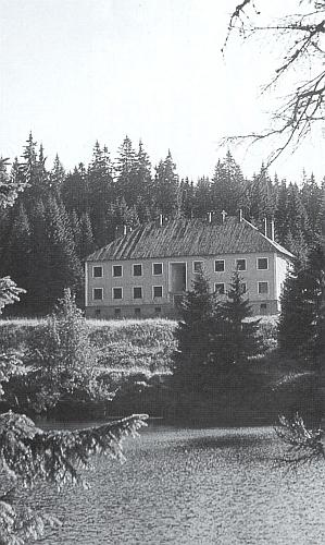 I při jezeře Laka stála po druhé světové válce tato budova komunistické Pohraniční stráže
