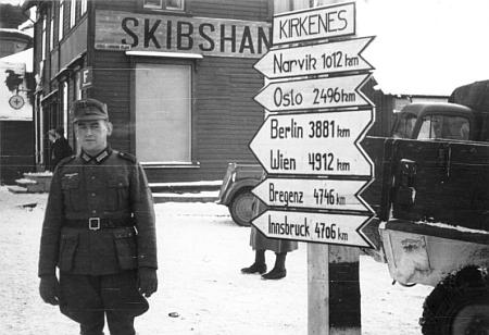 Německý voják v Kirkenes na snímku z roku 1941 - jak daleko je odtud na Laka?