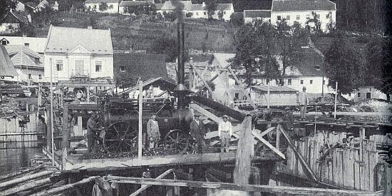 Stavba mostu v Rožmberku nad Vltavou v letech 1931-1932, víc než deset let předtím, než se narodila